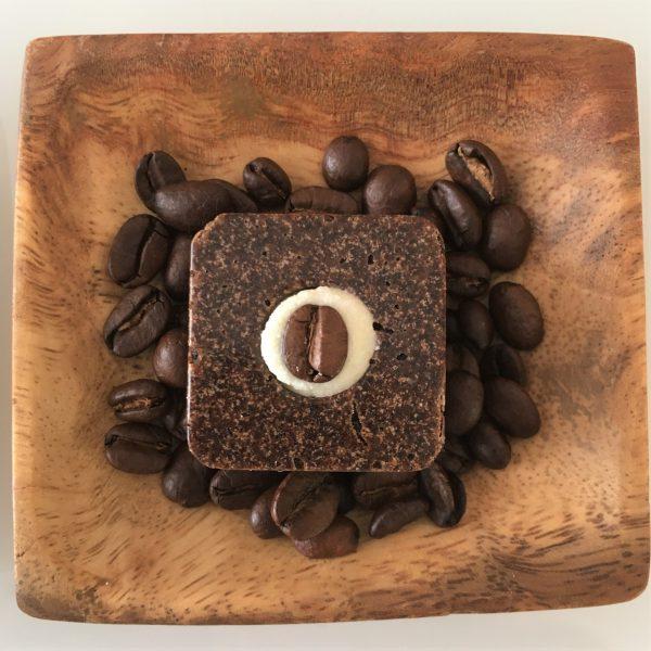 Kaffee Badepraline mit einer Kaffeebohne