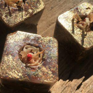 Grillanzünder aus Wachs und getrockneter Baumrinde mit Rosmarin