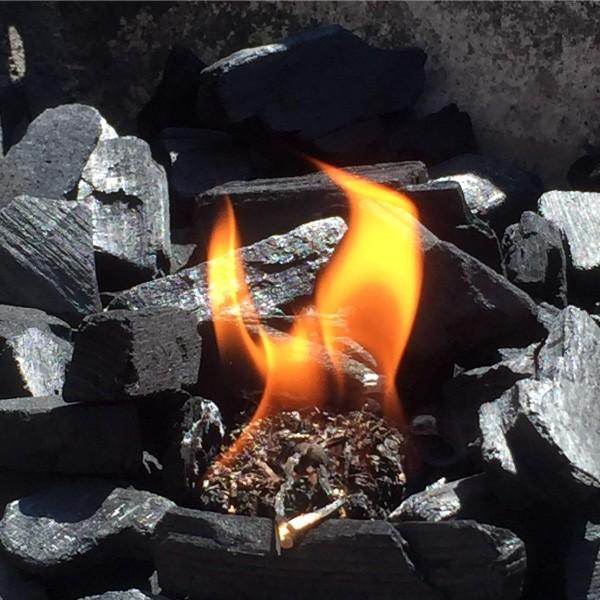 Grillanzünder oben auf die Kohle legen - nicht verdecken